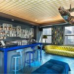 CHAISE_NICOLLE_BAR_CHICAGO_VIRGIN_HOTEL_PAOLA_NAVONE_RAL_BLEUE-600×408