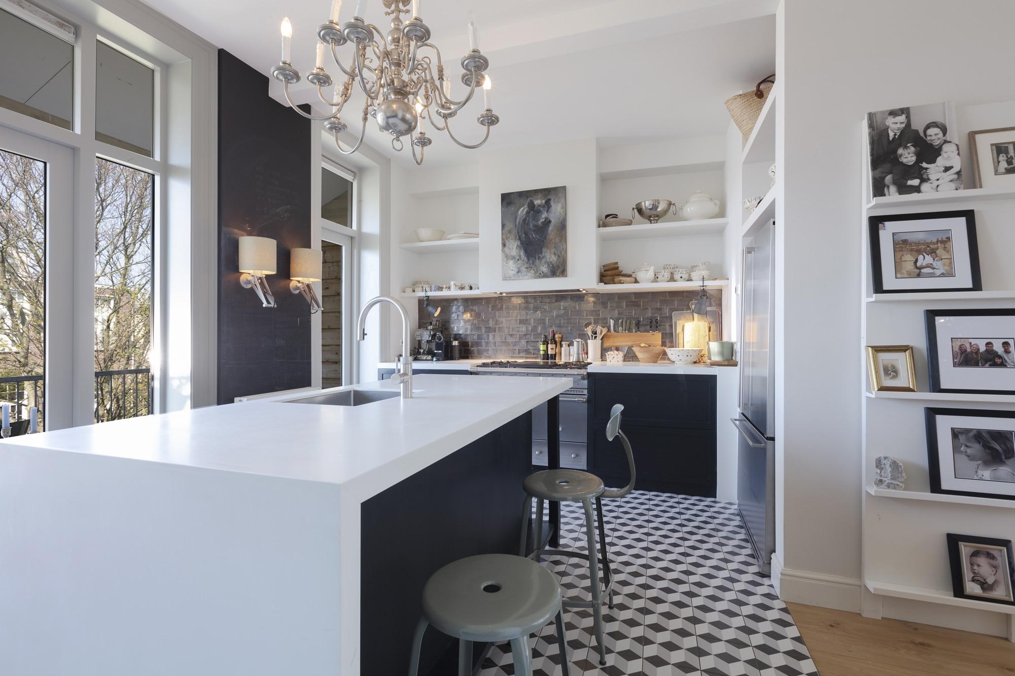 Chaise et tabouret Nicolle dans une cuisine par Jet Van basset batenburg à Amsterdam