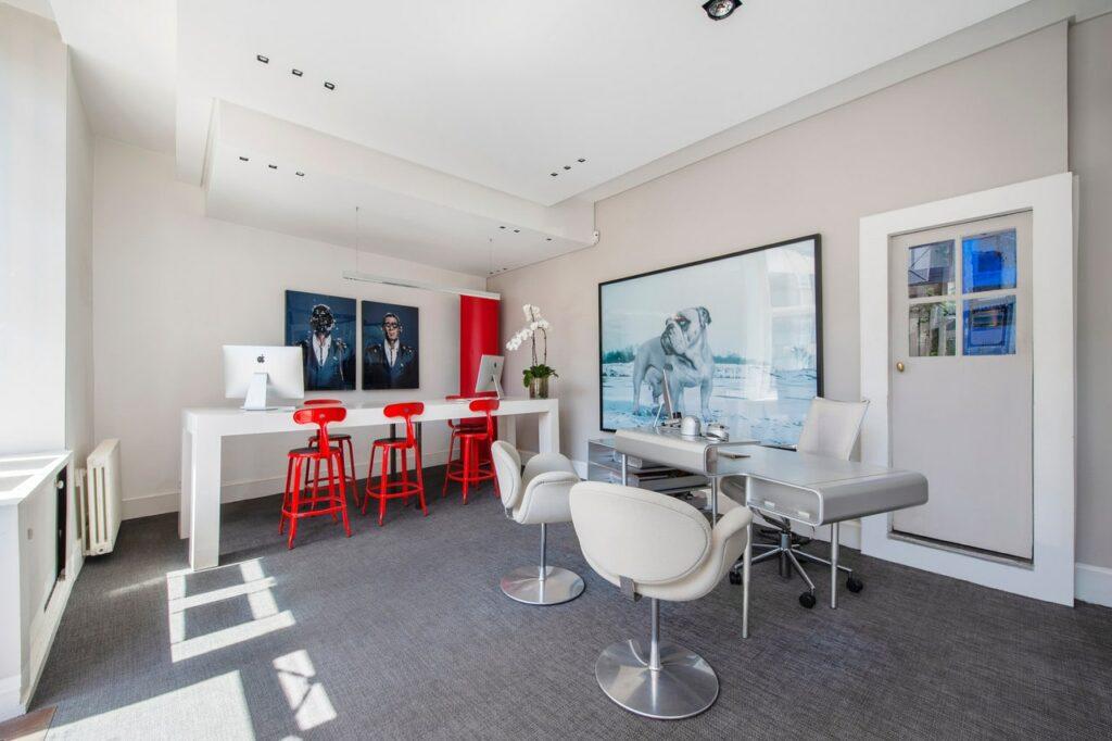 Chaises Nicolle coloris personnalisé dans une agence immobilière à Paris