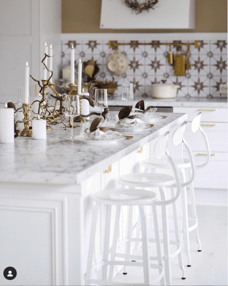 Chaise d'ilot de cuisine blanche en Norvège chez Diana Ousdal, influenceuse instagram