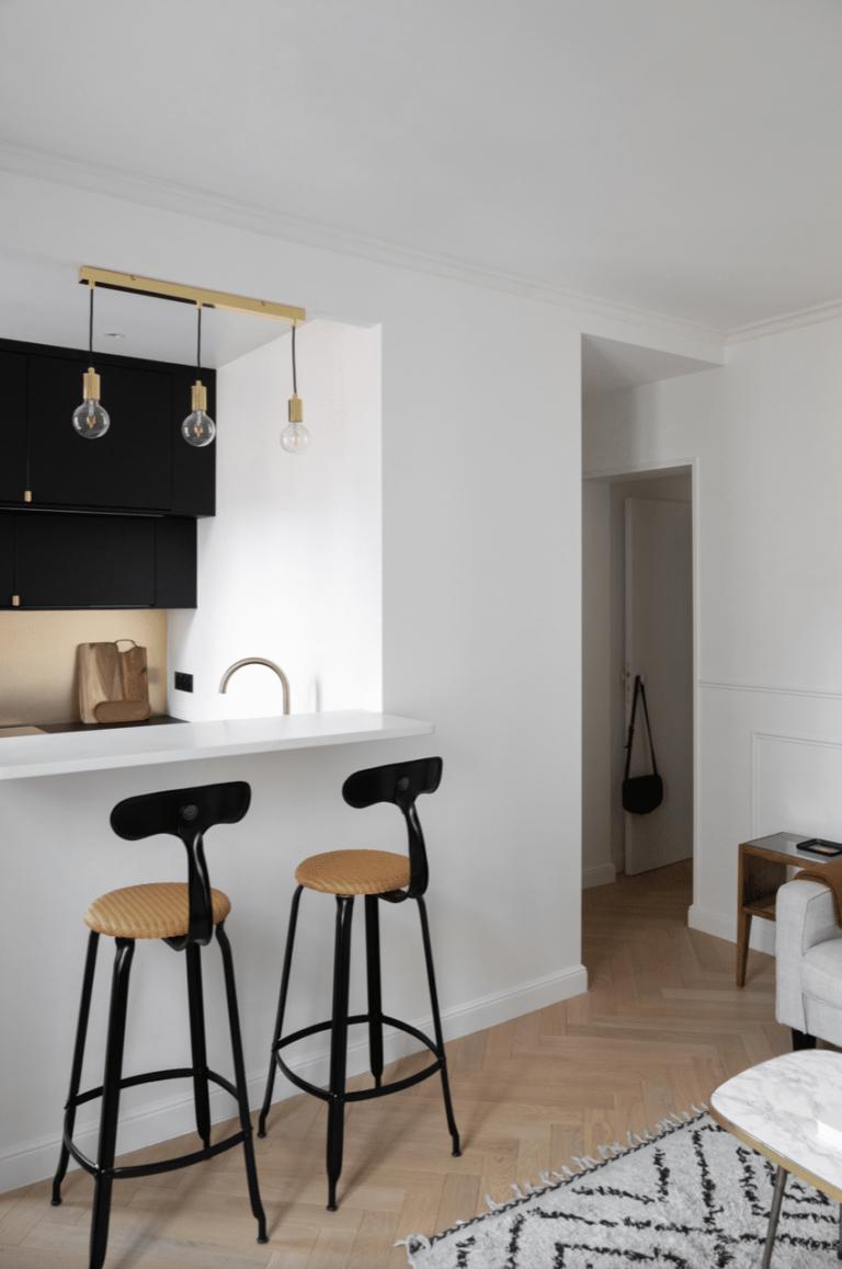 Chaise de bar Nicolle en loom et métal dans un appartement parisien